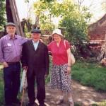 Moj?esz Jaakubowicz ( w ?rodku ) z Johnem i Mari? Koch